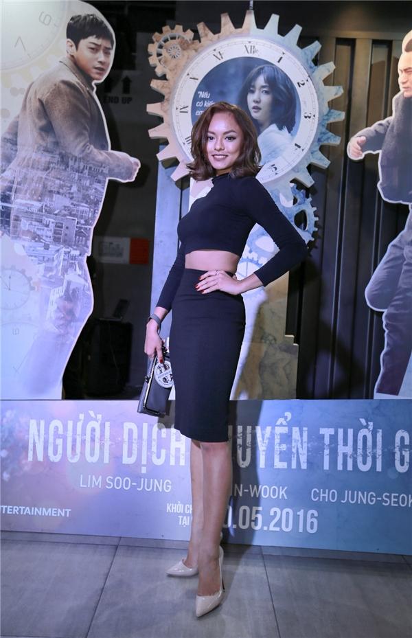 Quỳnh Mai Asia's next top model khéo léo khoe vòng eo thon, đôi chân dài với áo croptop và chân váy ôm. - Tin sao Viet - Tin tuc sao Viet - Scandal sao Viet - Tin tuc cua Sao - Tin cua Sao