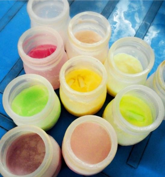 Có đến hơn 30 vị sữa chua cho bạn thoả thích lựa chọn, buổi chiều được ngồi cùng bạn bè nhâm nhi những lọ sữa chua xinh xắn, đầy màu sắc này là thích nhất. (Ảnh: Internet)