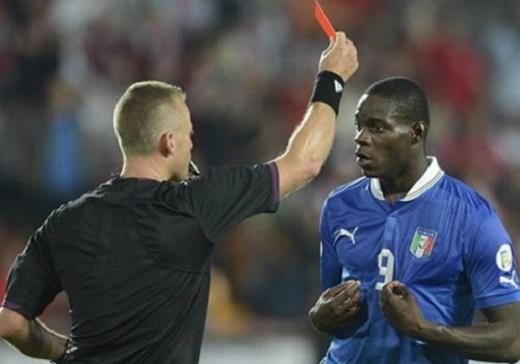 Theo luật mới, trọng tài có thể rút thẻ đỏ ngay cả khi cầu thủ chưa ra sân thi đấu