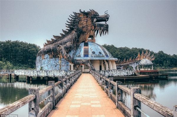 Được đầu tư hàng chục tỷ đồng nhưng khu du lịch sinh thái hồ Thủy Tiên ở thị xã Hương Thủy, Huế đã bị bỏ hoang từ nhiều năm nay...