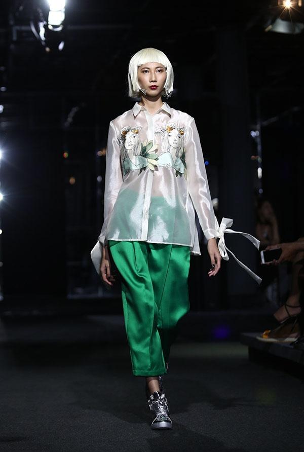 Toàn bộ người mẫu trình diễn đểu mang tóc giả với sắc trắng bạch kim ấn tượng.