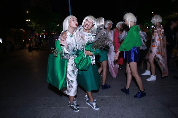 Đặc biệt, sau phần trình diễn chốt màn, các người mẫu bất ngờ chạy ào khỏi sàn diễn. Sau đó, họ đã có mặt trên phố đi bộ Nguyễn Huệ và tạo nên bầu không khí sôi động, náo nhiệt.