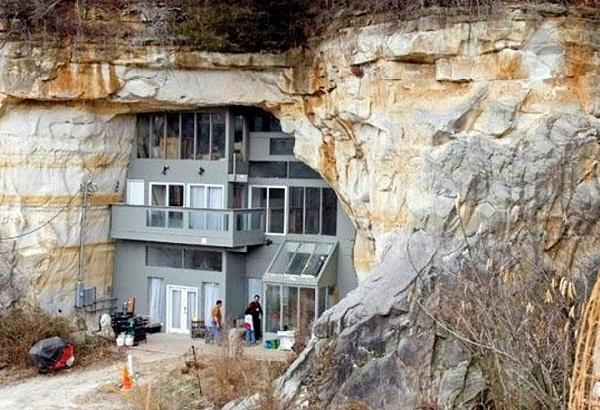 1. Sống ở đây thì phải chuẩn bị tinh thần bị chôn vùi trong lòng núi bất cứ lúc nào.