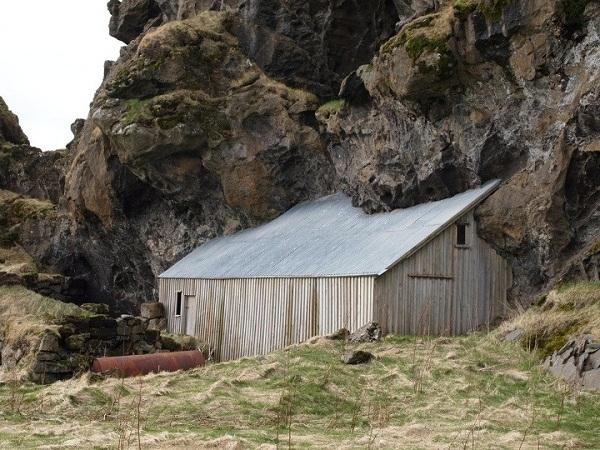 6. Trông như thể ngôi nhà đang bị ngọn núi nuốt chửng.