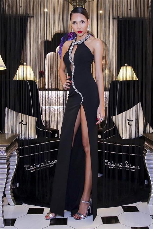 Minh Triệu diện chiếc váy màu đen kết hợp chi tiết ánh kim bắt mắt. Ở một số góc nhìn, bộ váy có vẻ gợi cảm quá đà, dễ gây ra sự cố cho người mặc.