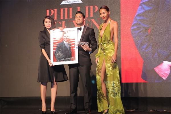 Một thiết kế khác cũng không kém cạnh chiếc váy đen của Minh Triệu. Nữ người mẫu luôn trung thành với những trang phục gợi cảm như thế này.
