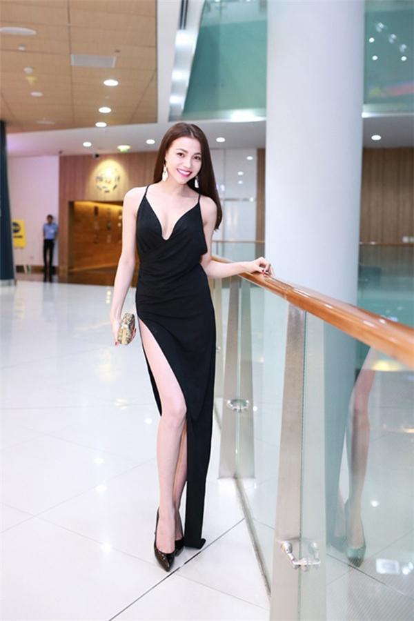Thót tim với các kiểu áo váy xẻ sâu như của Thủy Tiên, Ngọc Trinh