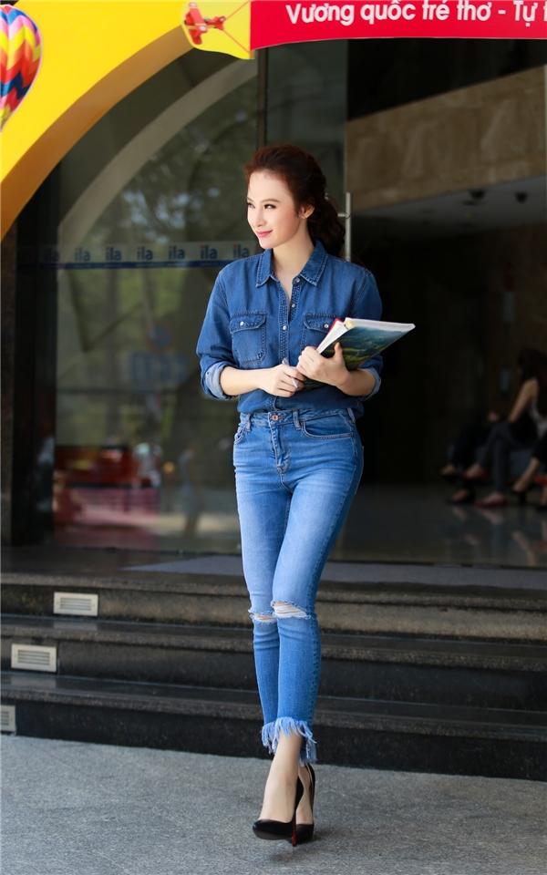Để có thể giao lưu và gặp gỡ mọi người ngoại ngữ là điều quan trọng nhất, vì vậy Angela Phương Trinh tiếp tục theo học khóa tiếng Anh của mình. - Tin sao Viet - Tin tuc sao Viet - Scandal sao Viet - Tin tuc cua Sao - Tin cua Sao