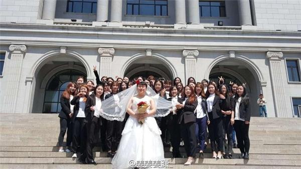 Ảnh kỉ yếu độc đáo ở Trung Quốc: Nam sinh duy nhất trong lớp hoá cô dâu, 34 nữ sinh là chú rể
