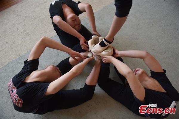 4 học viên đang luyện tập động tác cơ bản trong uốn dẻo.
