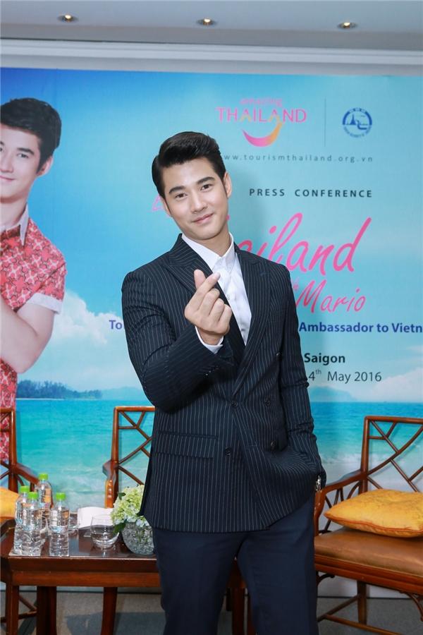 """Anh chàng cũng vui vẻ thực hiện """"finger heart sign"""" gửi tới khán giả Việt Nam."""