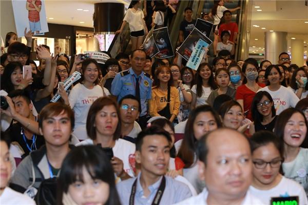 Khá đông fan của mĩ nam Tình người duyên ma đã có mặt từ rất sớm để chờ đợi thần tượng.