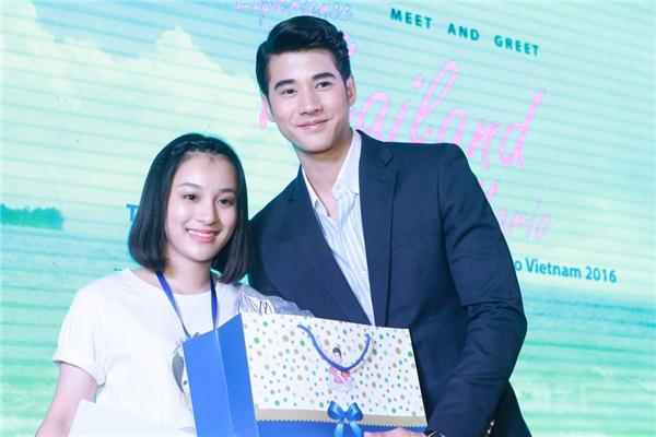 Anh cũng vô cùng hạnh phúc khi nhận được một vài món quà lưu niệm đến từ fan Việt Nam.