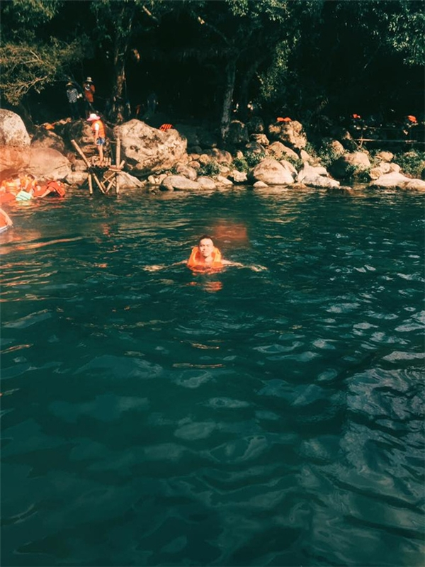 Làn nước trong xanh mình anh đùa bơi...