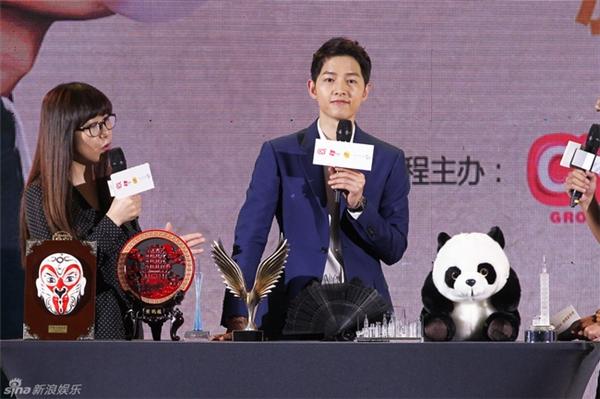 Song Joong Ki phong độ ngời ngời, trở thành tâm điểm của Happy Camp