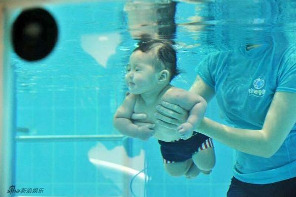 Cô bé chưa đầy 1 tuổi nhưng đã được tập bơi