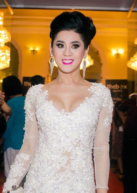 """Phong cách trang điểm mang tên """"mụ dì ghẻ"""" của Lâm Chi Khanh với mắt kẻ sắc nét, môi hồng thẫm. Từ trang phục đến cách làm đẹp của nữ ca sĩ luôn bị khán giả phàn nàn."""