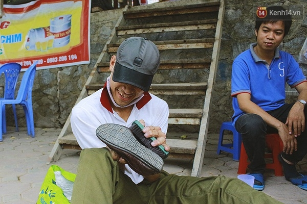 Cậu rất vui khi được đánh giày, phục vụ khách.