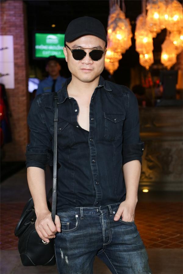 Nhà thiết kế Đỗ Mạnh Cường diện trang phục jeans cá tính, mạnh mẽ.