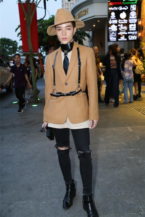 Stylist Kelbin Lei kết hợp trang phục theo phong cách unisex với những tông màu trầm.