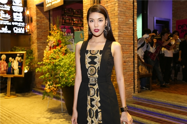 Lan Khuê cá tính với sắc đen kết hợp tông vàng đồng. Thời gian tới, top 11 Hoa hậu Thế giới 2015 sẽ có thời gian tiếp xúc nhiều hơn với khán giả truyền hình qua vai trò huấn luyện viên của chương trình The Face phiên bản Việt Nam.