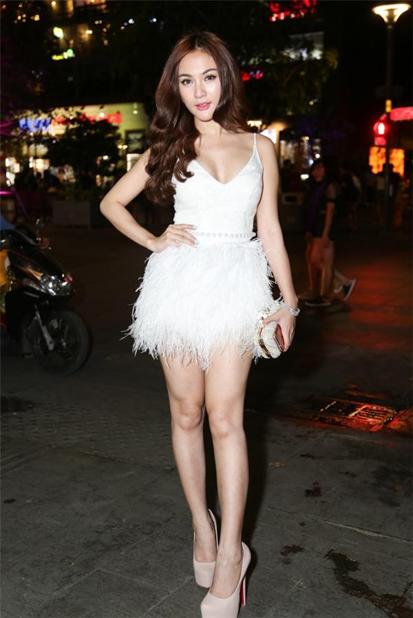Hot girl Kelly Nguyễn ngọt ngào, gợi cảm với sắc trắng tinh khôi.