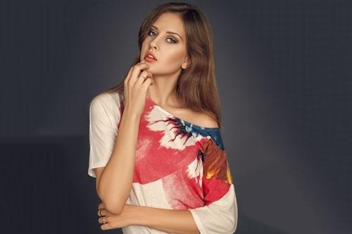 Ngoài là VĐV bóng chuyềnAlisa Manyonok còn là một người mẫu ảnh trên một số tạp chí.