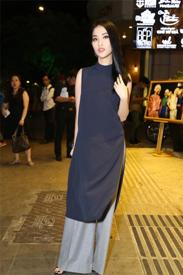 Mai Hồ thanh tao với áo dài cách điệu. Bộ trang phục mang hơi thở truyền thống nhưng vẫn phảng phất nét đẹp hiện đại, cá tính.