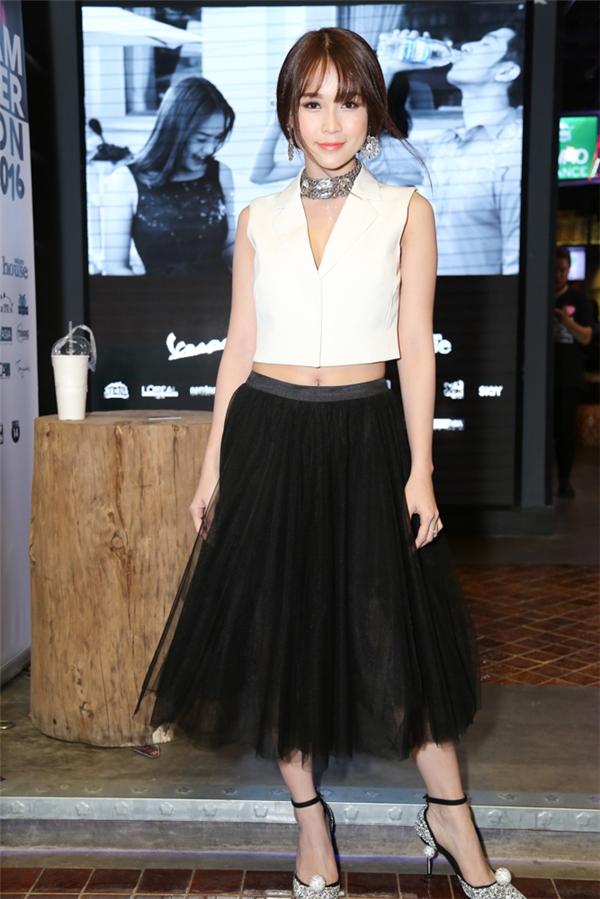 Hot girl Sam khoe eo thon với áo crop top kết hợp chân váy voan điệu đà.
