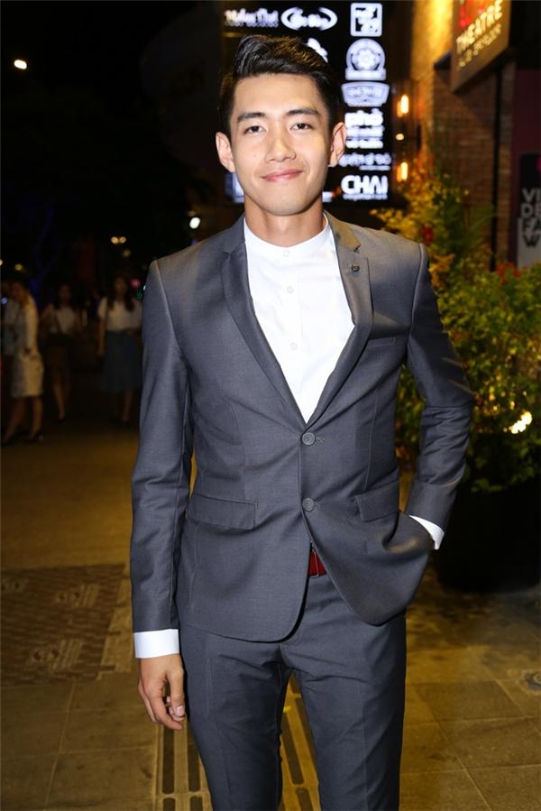 Quang Đăng lịch lãm với suit cổ điển.