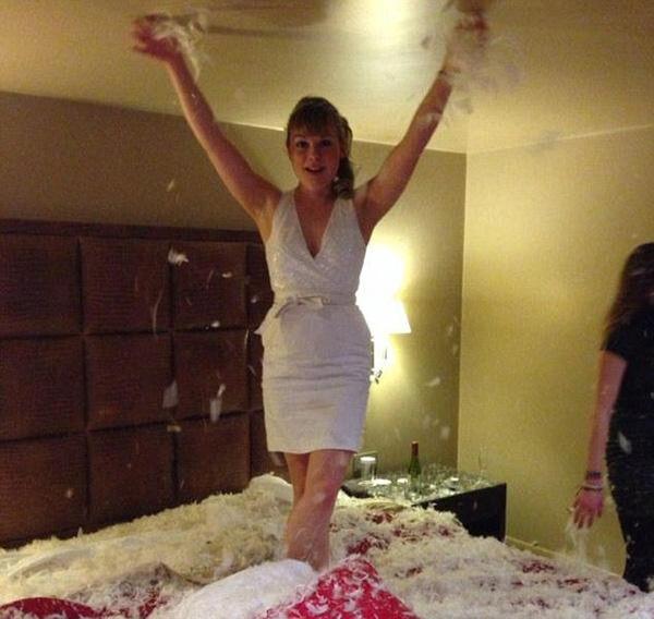 Cuộc sống của cô gái trải qua ở những khách sạn sang trọng...