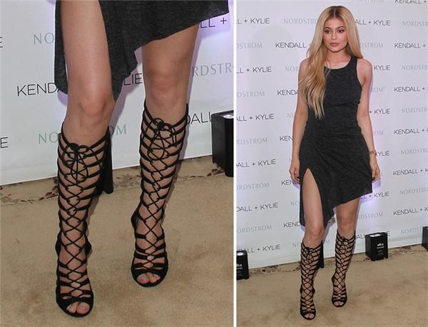 Cô em Kylie Jenner cũng là một tín đồ của sandal chiến binh. Kiểu cách quen thuộc là phối món phụ kiện này cùng váy áo gợi cảm.
