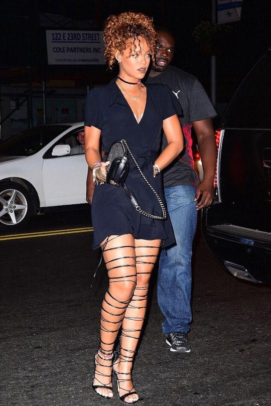 """Rihanna cũng sở hữu một đôi sandal chiến binh """"bó giò"""" không kém Kendall Jenner"""