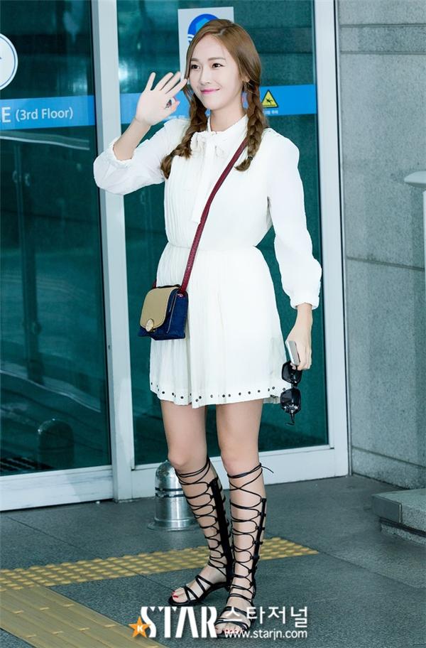 Cô nàng Jessica Jung lại ứng dụng sandal chiến binh theo phong cách boho chuẩn mực.