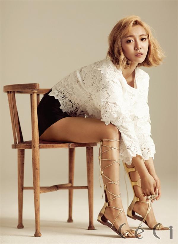 Luna (Fx) cũng có những hình ảnh ấn tượng với đôi sandal chiến binh ánh kim