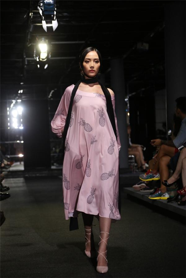 Sắc hồng thạch anh hợp xu hướng cũng được Jenny Kim vận dụng khá đa dạng. Trong đó, những chiếc áo cổ yếm bất đối xứng đã mang đến một luồng gió mới.