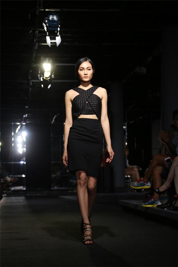 Thùy Trang vừa trở về từ kinh đô thời trang Paris cũng khá đắt show trong VDFW lần này.