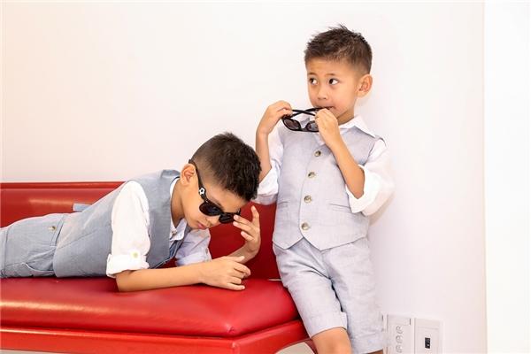 Con trai lớn của Hà Kiều Anh tên Huỳnh Vương Khang (8 tuổi). Cậu con trai thứ là Huỳnh Vương Khôi, 5 tuổi. Cả hai đều sở hữu vẻ ngoài đáng yêu.