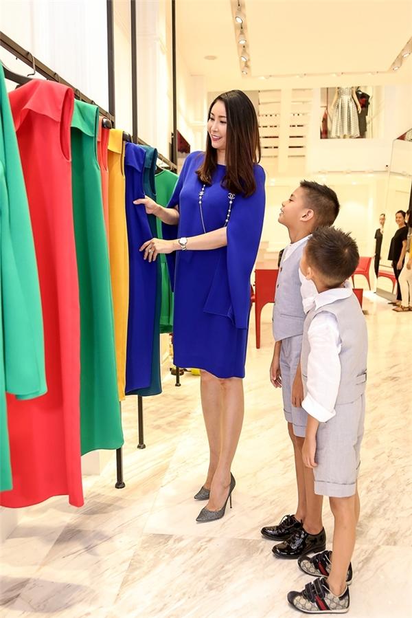 Hai nhóc tì nhà Hoa hậu Việt Nam 1992 hăng hái, vui vẻ chọn đồ cùng mẹ.