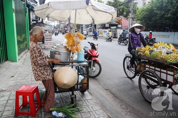 Mấy chục năm nay, người dân tại hẻm số 499 đường Lê Quang Định (phường 1, quận Gò Vấp, TP.HCM) đã không còn lạ lẫm với hình ảnh mộtcụ bàtuổi ngoài 80 với vóc dáng nhỏ bé, tấm lưng còng ngày ngày vẫn đẩy xe hàng rong kiếm tiềnmưu sinh. Những năm gần đây, hầu hết số tiền kiếm được cụ đều dành cho con gái đi chạy thận. Cuộc sống cụ đã nghèo càng thêm khốn khó.