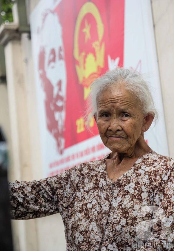 Cụ bà tên là Trần Thị Thơm năm nay tuổi đã 81, vốn sinh sống ở Sài Gòn từ nhỏ. Chồng mất sớm, gần 40 năm nay, cụ bà gắn bó với nghề buôn thúng bán bưng nuôi các con.