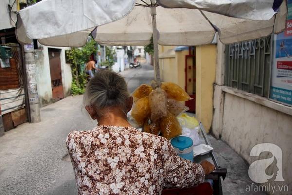 Từ ngày con bệnh, mọi việc lớn nhỏ đều đến tay cụ. Dáng lưng còng lầm lũi đẩy xe của cụ Thơm đã là hình ảnh quen thuộc trong con xóm ở hẻm 499 Lê Quang Định (quận Gò Vấp).