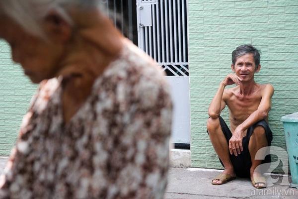 """Còn người con trai cả của cụ Thơm là ông Nguyễn Thanh Minh (62 tuổi), ở cùng với mẹ. Ông Minhlàm nghề thu gom ve chai đồng nát phế liệu cũng không đủ sống. """"Nó lo cho gia đình còn không đủ thì lấy đâu dư dả để nuôi tôi"""", bà cụ cười hiền."""