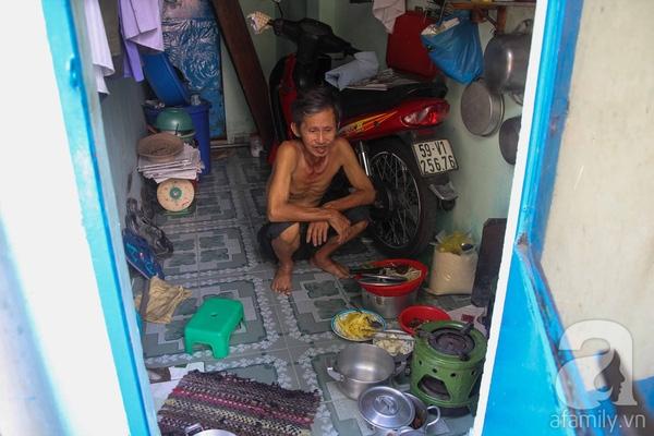 Cụ Thơm cùng với con trai cả và cháu nội sống trong căn nhà chật hẹp với diện tích chỉ 7m2. Buổi trưa, bên trong căn nhà hơi nắng tỏa hầm hập.