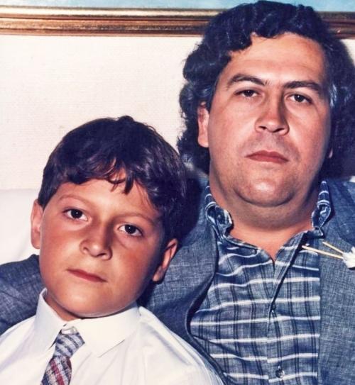 Pablo Escobar và con trai Juan Pablo.