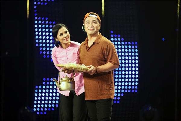 Hai MC của chương trình là Việt Trinh - Lý Hùng hài hước chọc cười khán giả bằng tiết mục mở màn duyên dáng. - Tin sao Viet - Tin tuc sao Viet - Scandal sao Viet - Tin tuc cua Sao - Tin cua Sao