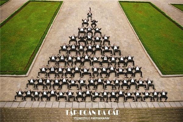 Nếu yêu thích sự sáng tạo, bạn đừng bỏ qua kiểu tạo hình 'tập đoàn đa cấp' xem là cười khì như bức ảnh của nhóm nam sinh này. Thực ra kiểu này gọi là Kim tự tháp cũng có vẻ chuẩn.