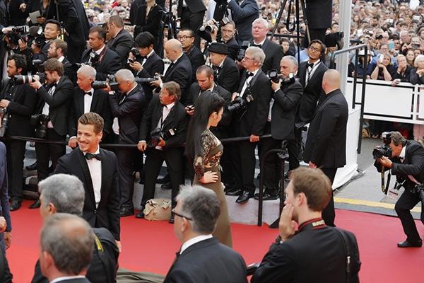 Không làm phụ lòng người hâm mộ, khán giả quê nhà, Lý Nhã Kỳ tiếp tục tỏa sáng trên thảm đỏ Cannes 2016. Vẻ ngoài của cô không hề kém cạnh những minh tinh, ngôi sao hàng đầu thế giới cùng tham dự buổi tiệc điện ảnh này.