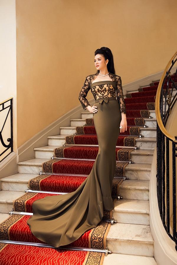 Lý Nhã Kỳ diện bộ đầm ôm sát khoe đường cong gợi cảm với sắc xanh rêu trầm mặc của thương hiệu thời trang cao cấp hàng đầu thế giới Georges Hobeika.
