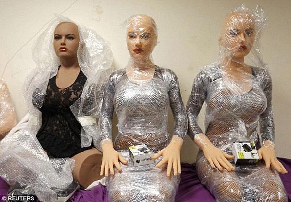 Ba con ma nơ canh đang chờ được mặc quần áo và đội tóc giả để được đưa vào nhà xưởng của công ty.